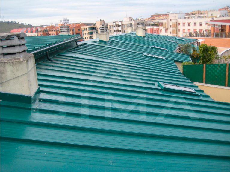 Retirada de cubierta de chapa simple y nueva cubierta panel sandwich en Plaza Noruega nº 5 en Cáceres