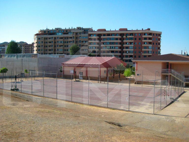 Cerramiento de pista deportiva en el C.P. 'El Vivero', en Cáceres